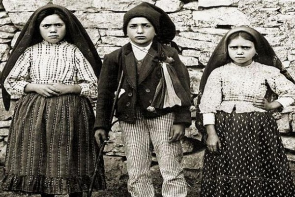 Lucía (izq.), Francisco y Jacinta, conocidos como los pastorcitos de Fátima.
