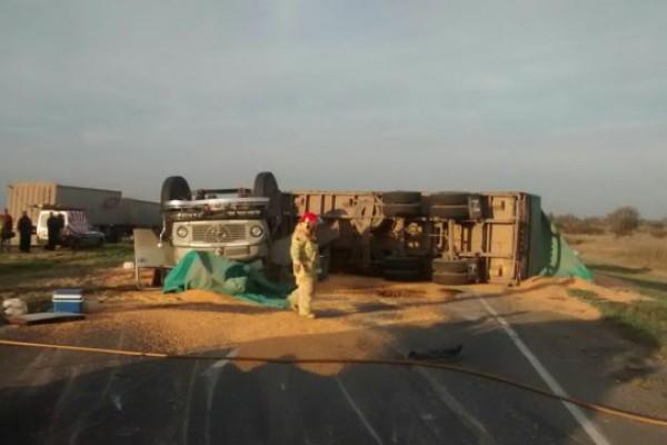 Atrapado. El chofer de un camión perdió la vida luego de volcar tras un choque con una pick up.